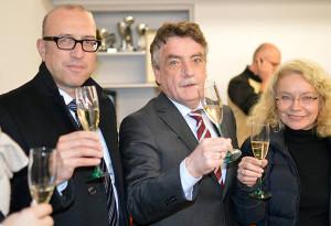 Anstoßen auf den Erfolg bei der Mitgliederbefragung: Apostolos Tsalastras, SPD-Chef Mike Groschek und die stv. Bürgermeisterin Elia Albrecht-Mainz.
