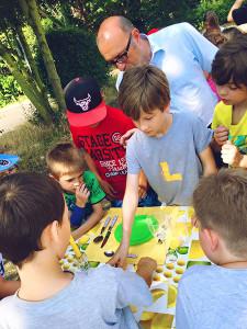 Tourauftakt mit einem Praktikumstag bei der Flotten Lotte und dem Manni Mobil, wo es um den Alltag von Kindern in ihren Familien und Geschlechterrollen geht. An sechs Spielstationen half Apostolos Tsalastras kräftig mit.