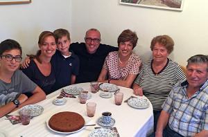 "Sohn, Onkel, Ehemann: Neffe Andreas, Schwester Chrissula, Neffe Luca, ""Posto"" selbst, Ehefrau Anabela, Mutter Maria und Vater Dimitros."